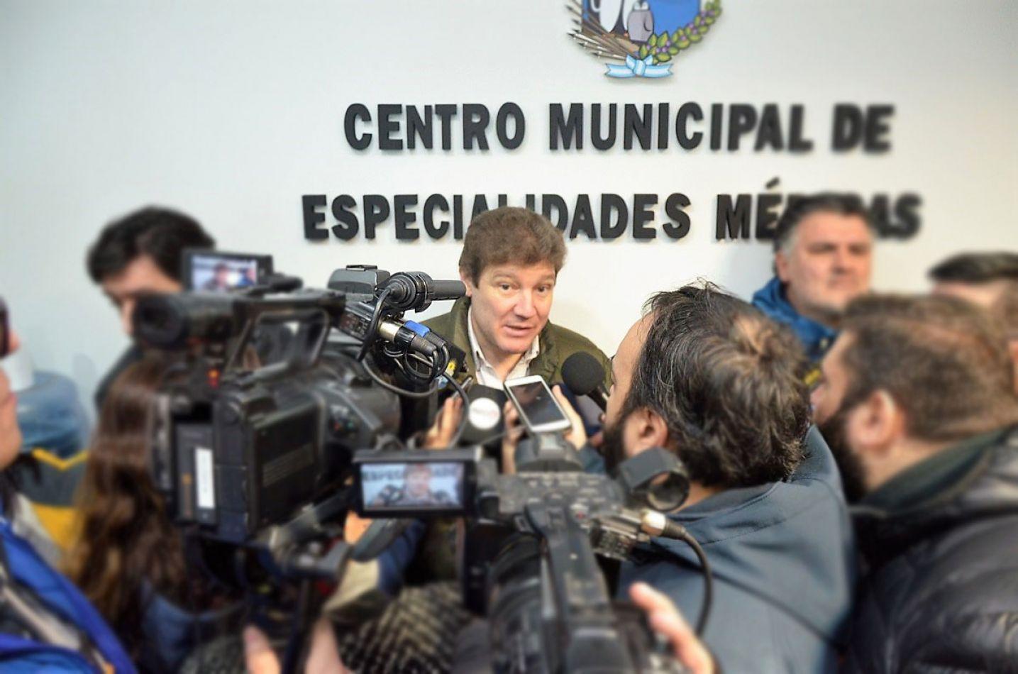 Melella frente a los periodistas en la inauguración del Centro Municipal de Especialidades Médicas.