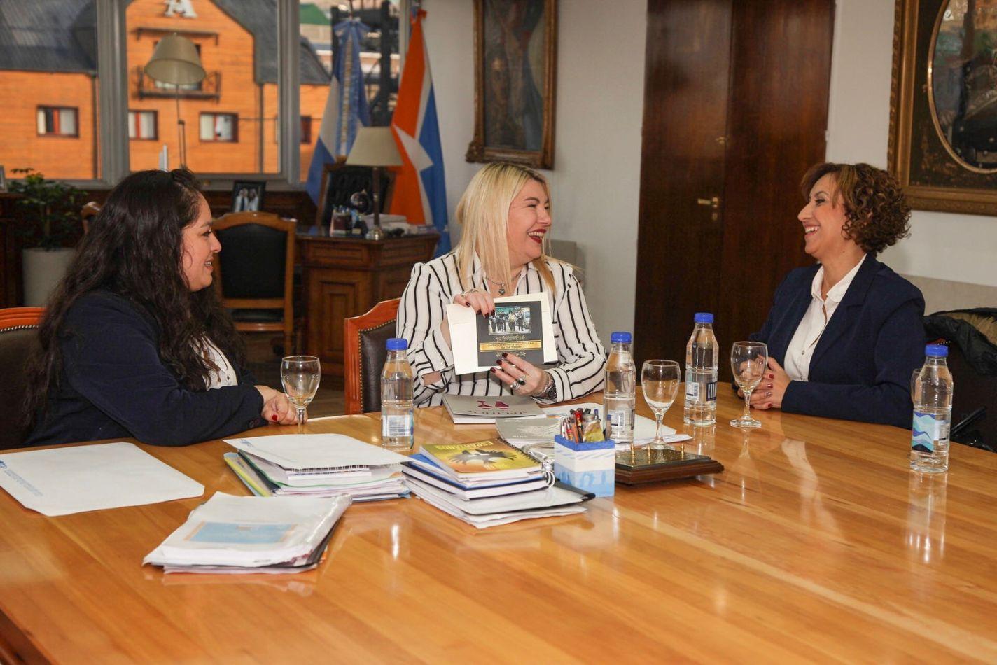 La gobernadora Rosana Bertone recibió a representantes locales de la (UTHGRA)