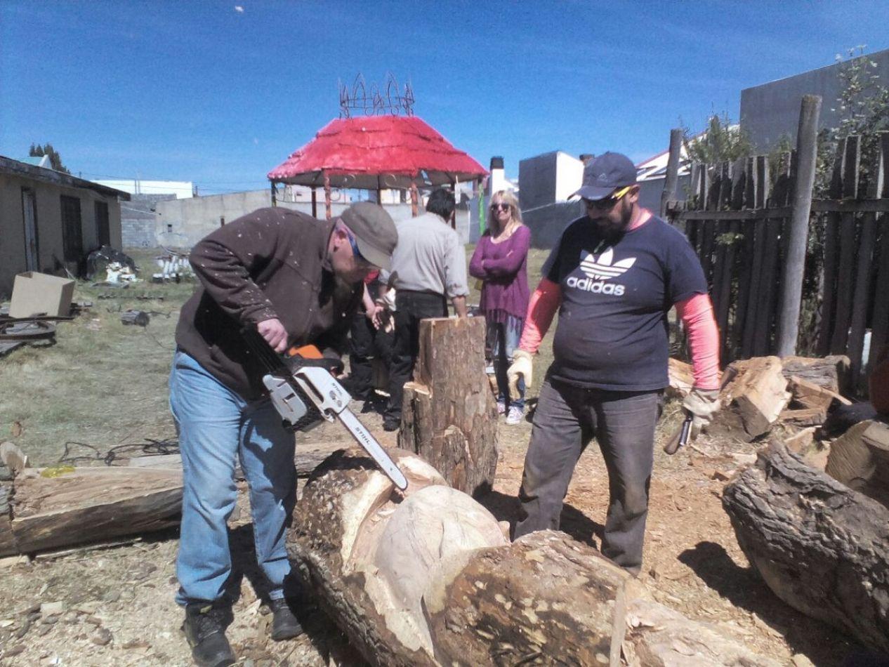 Javier Elissamburu trabajando sobre un tronco de cedro de 90 cm de diámetro y entre 3 ó 4 metros de altura.