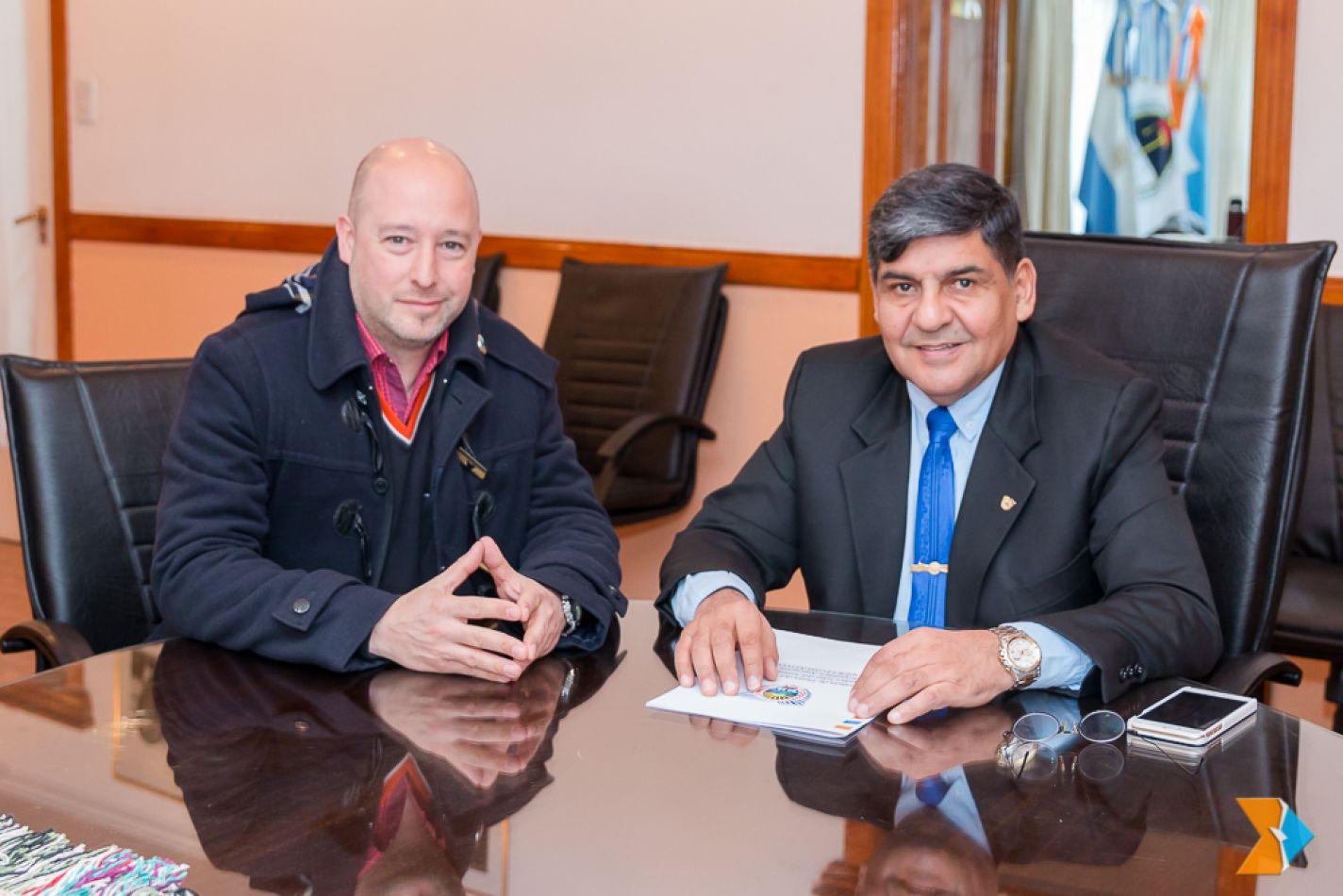 El presidente de la Asociación Civil de Bomberos Voluntarios de Ushuaia, José Abdala, fue recibido por el titular del Parlamento, Juan Carlos Arcando