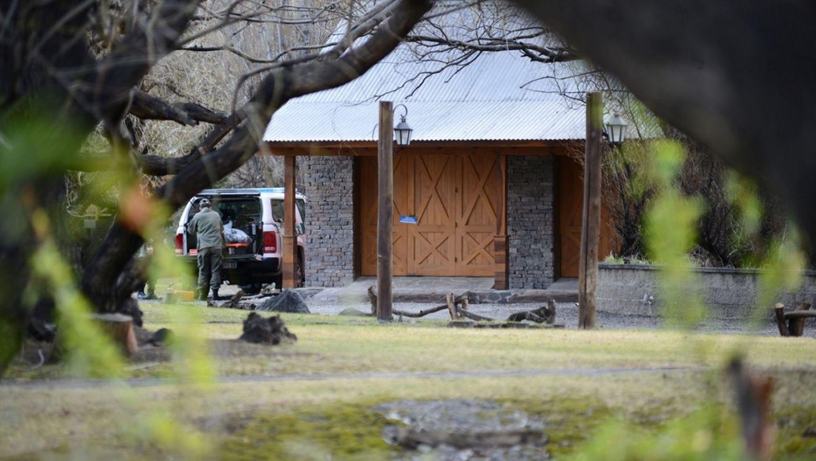 Agentes de fuerzas de seguridad continuaban este domingo realizando el operativo en la casa de la ex presidenta en El Calafate.