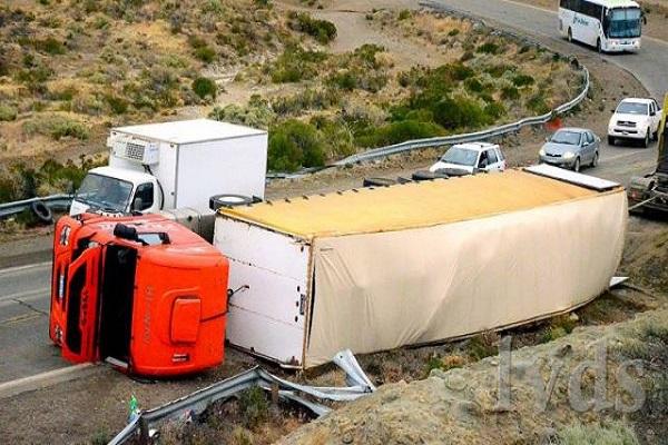 Caleta Olivia:  Volcó camión con 13 mil kilos de lana