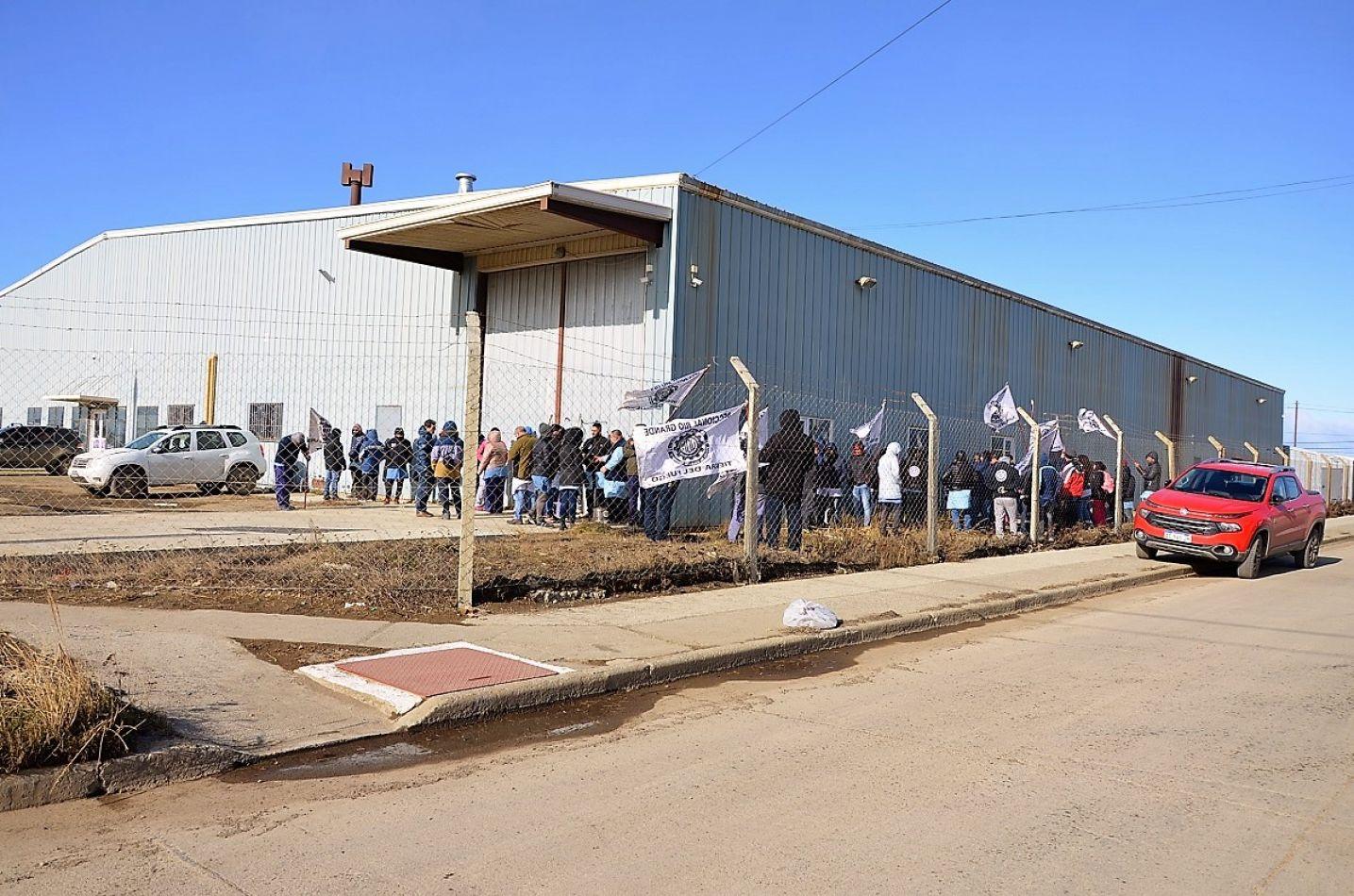 Trabajadores protestan en defensa de los puestos de trabajo.
