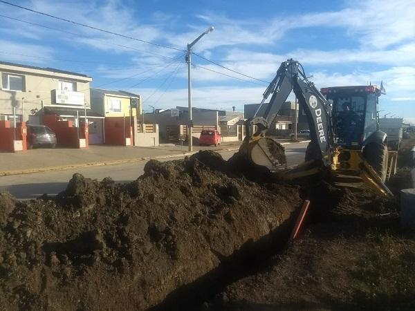 """Obras Sanitarias trabaja en la red cloacal del barrio """"Malvinas Argentinas"""""""