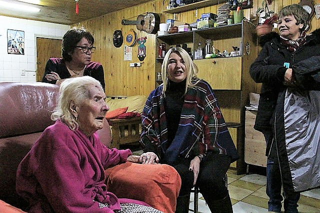 Rosana Bertone se fotografió con ancianos necesitados