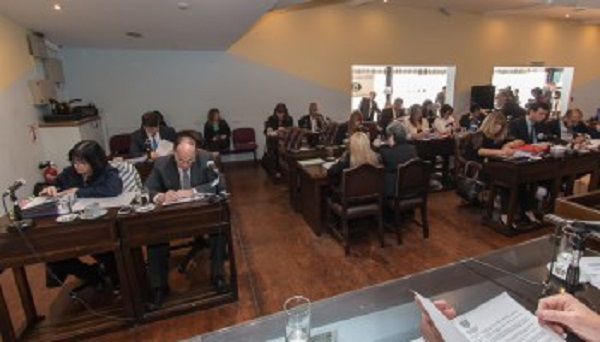 Parlamentarios proponen regular la atención prioritaria en lugares públicos