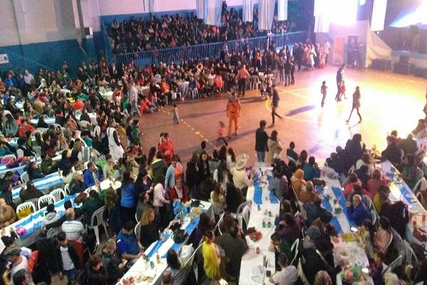"""Una multitud participó del tradicional evento """"Esperando el 25"""""""