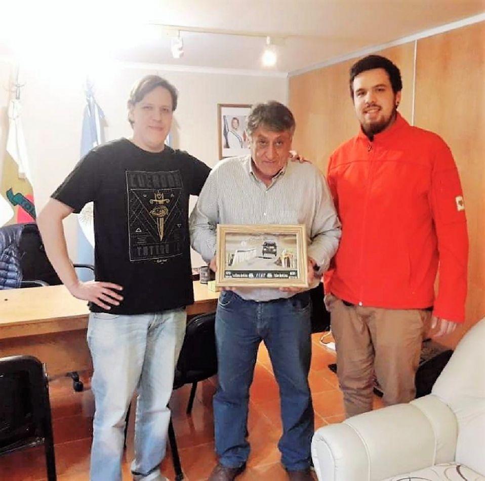 El intendente Claudio Queno posa junto a los pilotos Elian y Emiliano Arduino.