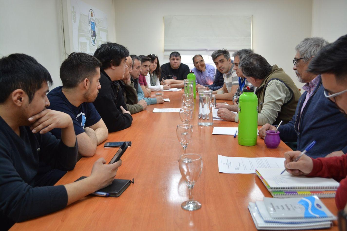 Concejales y taxistas acuerdan modificar el proyecto del Ejecutivo sobre los remises