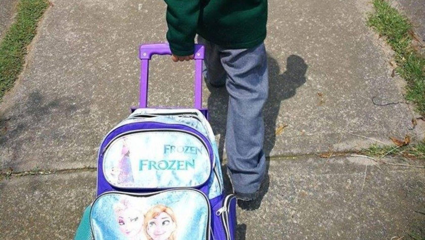 Niño con mochila de Frozen.