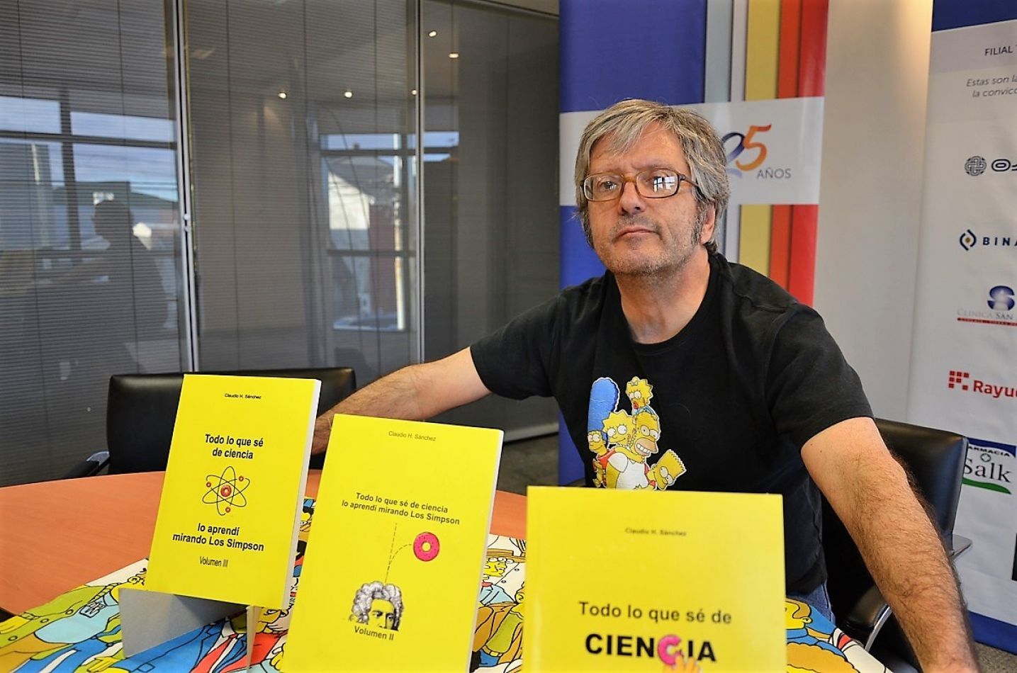 """Los tres tomos de """"Todo lo que sé de ciencia lo aprendí mirando Los Simpson"""", presentados por su autor."""