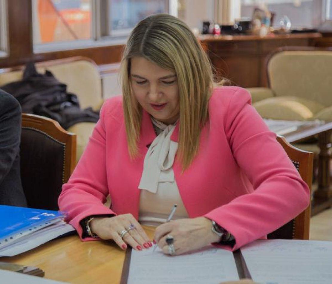 La gobernadora Rosana Bertone promulgó la Ley provincial 1236 que modifica el Régimen Laboral del Trabajador Docente