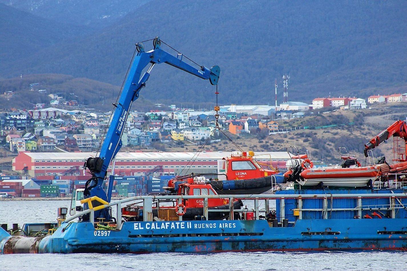 Limpian la zona de atraque del puerto de Ushuaia