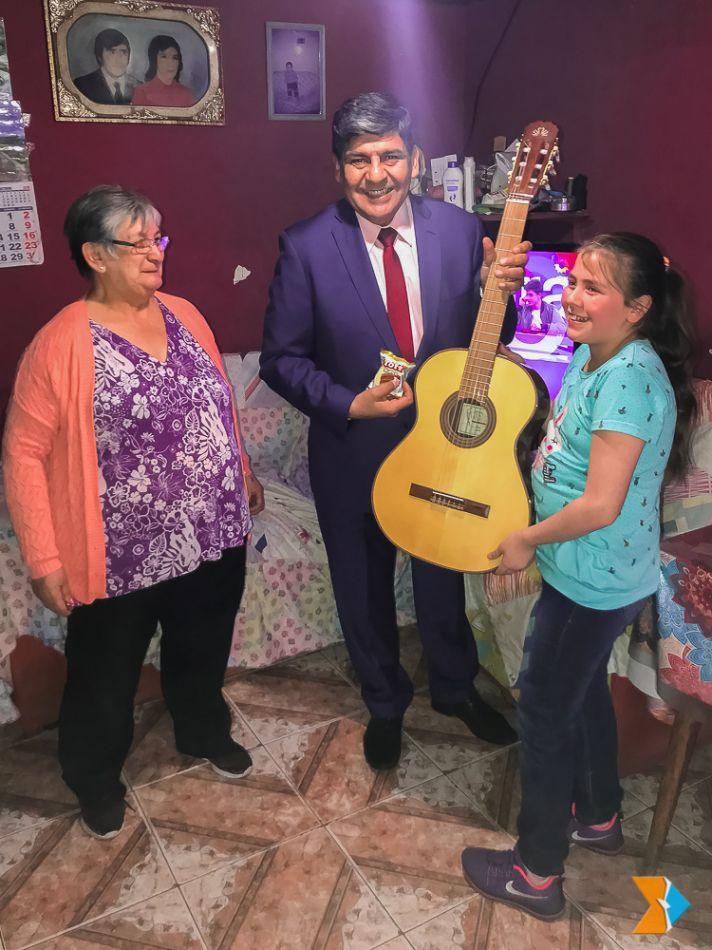 El Vicegobernador  Juan Carlos Arcando visitó a la estudiante Luisana Asencio para entregarle una  guitarra profesional.