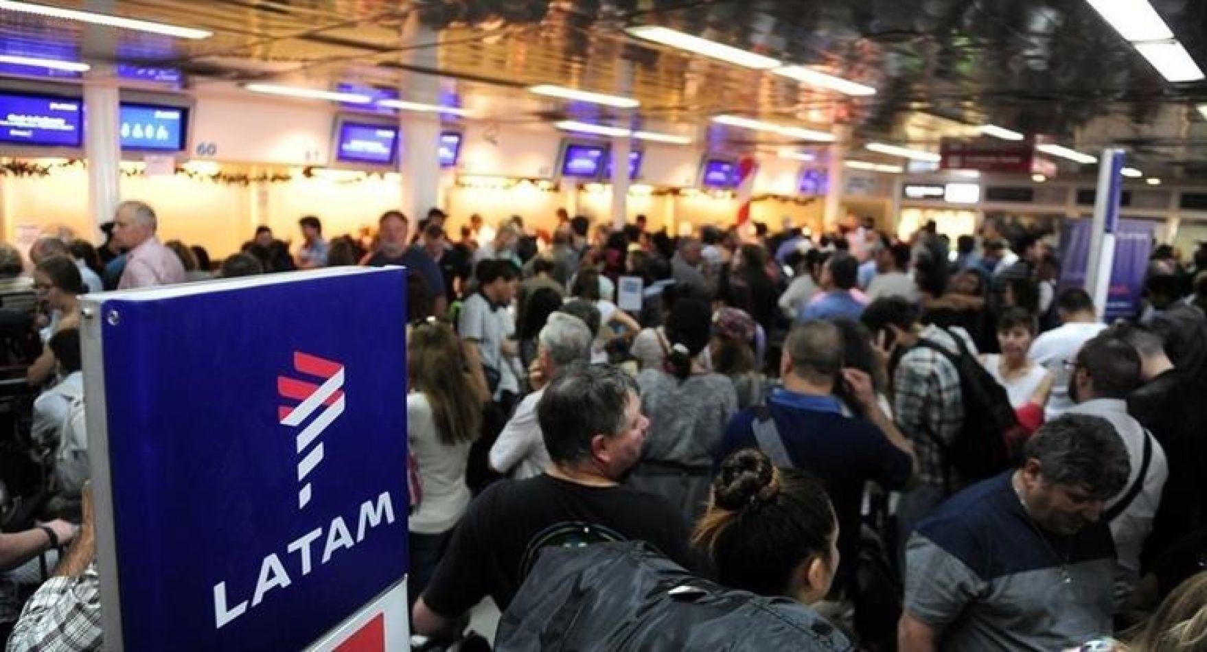 La aerolínea chileno-brasileña llamó a sus pasajeros a reprogramar los viajes.
