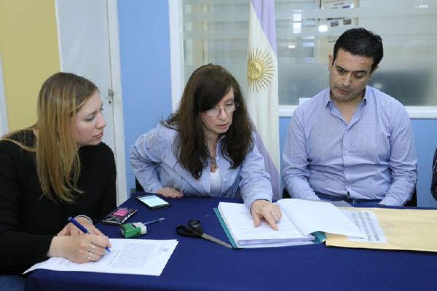 El secretario de Obras Púbicas, Hugo Andrusyzsyn, encabezó la apertura de sobre de ofertas