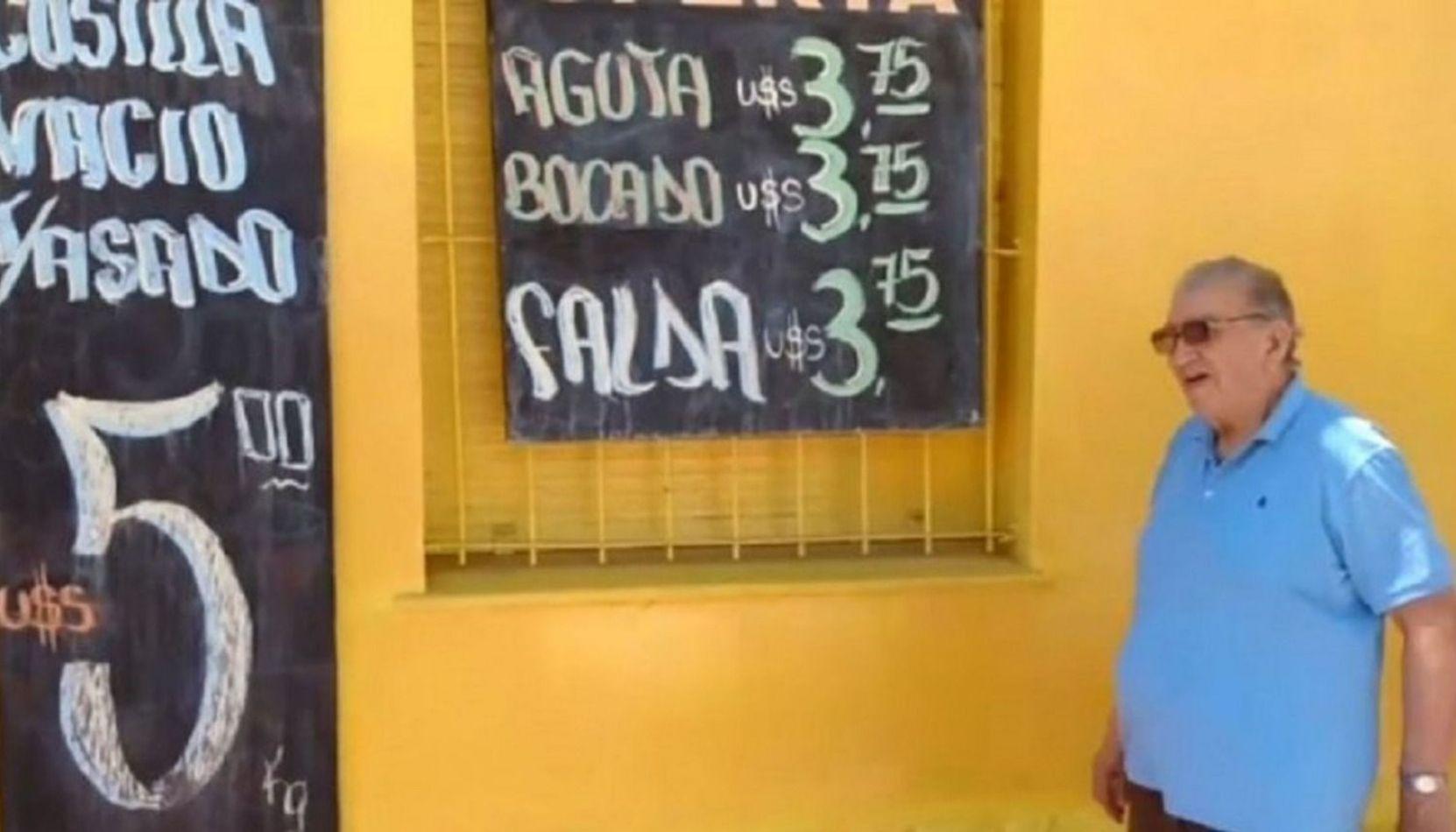 Un carnicero cordobés ofrece la carne a precio dólar en su pizarra