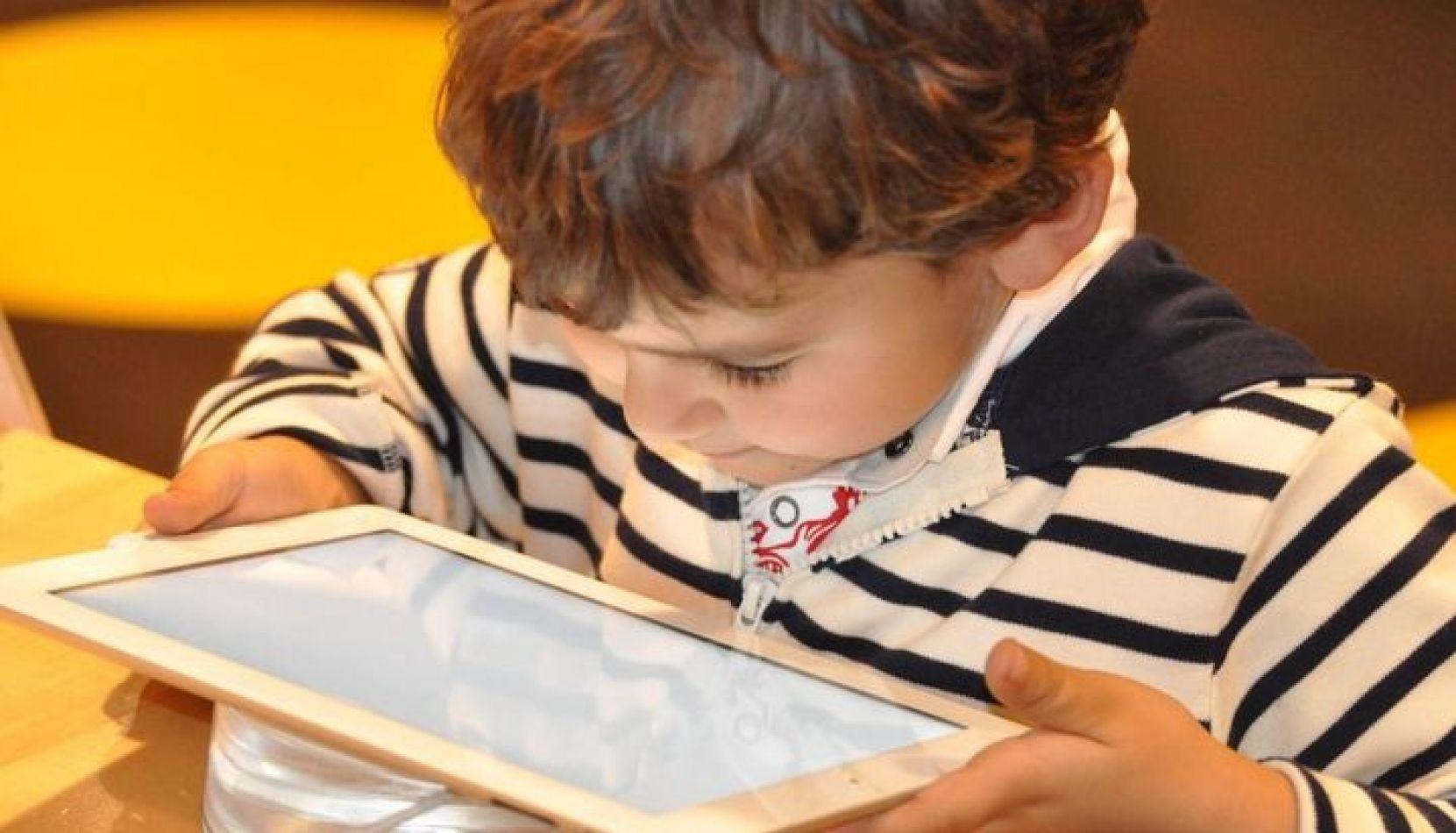 Los niños que pasan más de 2 horas frente a pantallas tienen menor desarrollo cognitivo