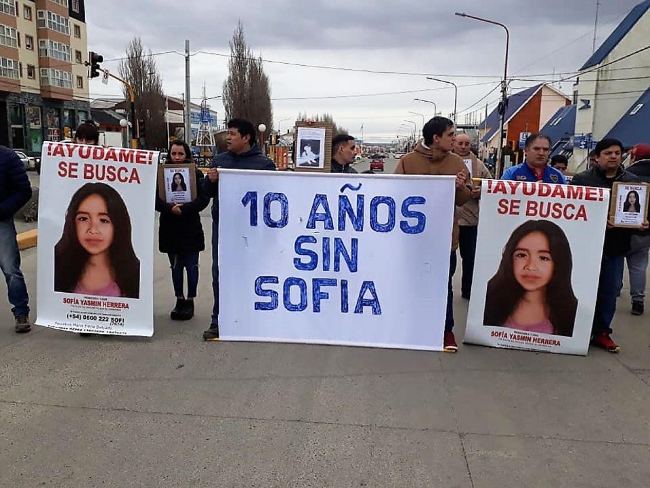 Manifestación de padres y vecinos en la esquina de Av. San Martín y Belgrano de Río Grande. (Foto: Natalia Gracianía)