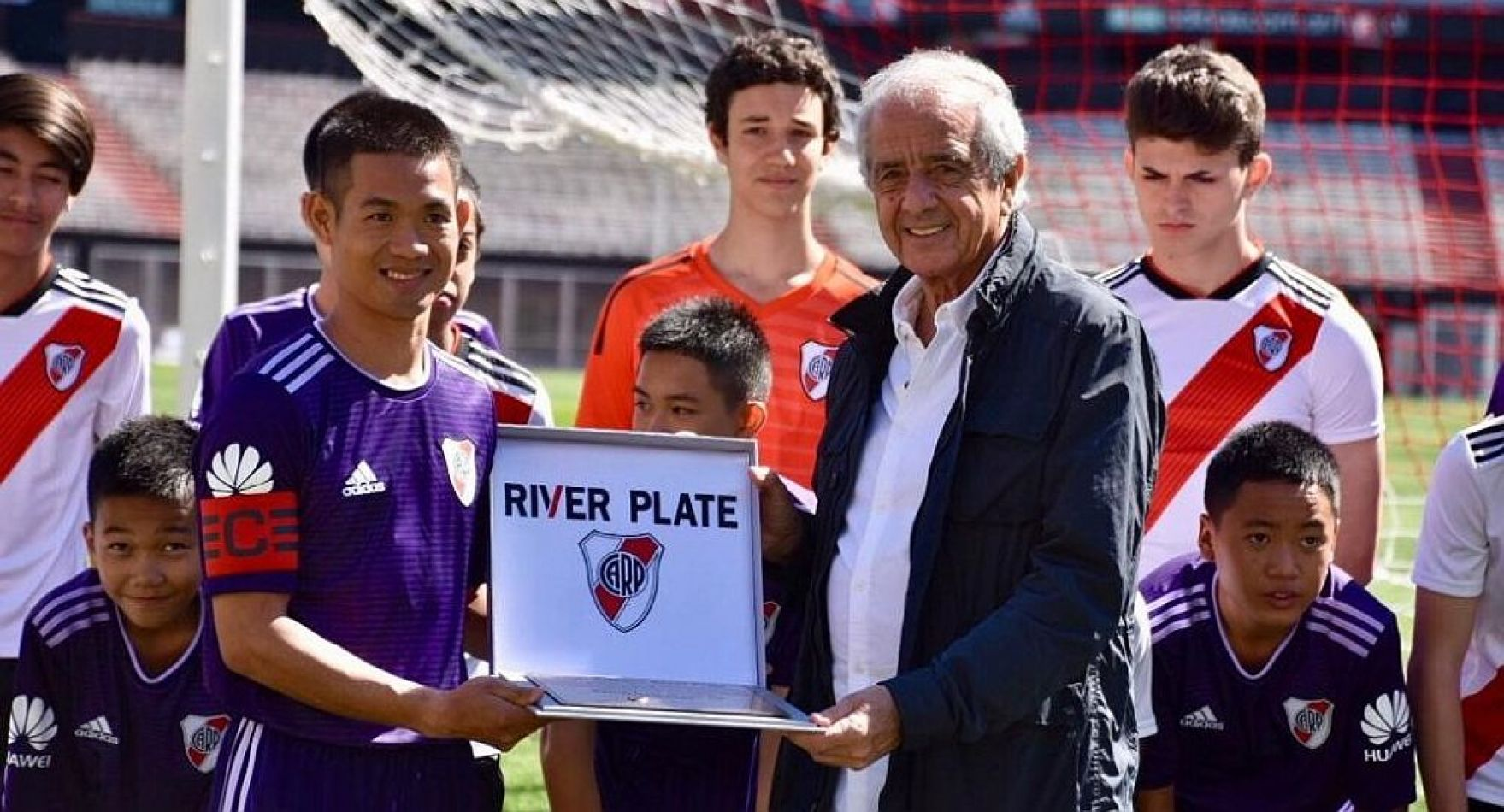 Futbolistas adolescentes del equipo tailandés Jabalíes Salvajes