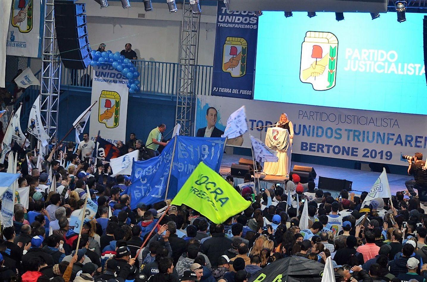 La gobernadora Rosana Bertone brindó el discurso oficial y fue ovacionada.