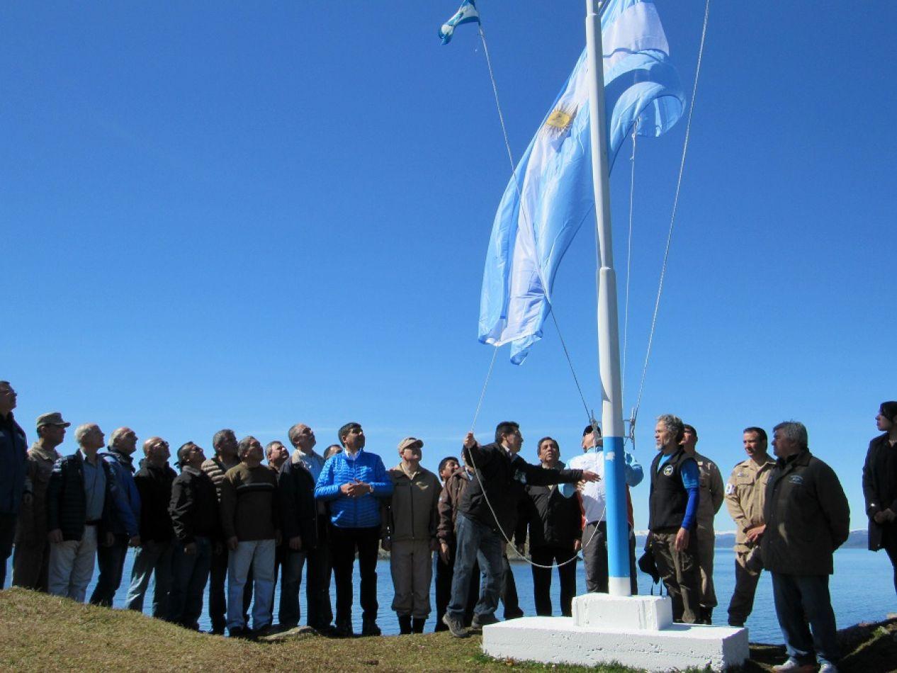Izamiento del Pabellón Nacional en Isla Redonda