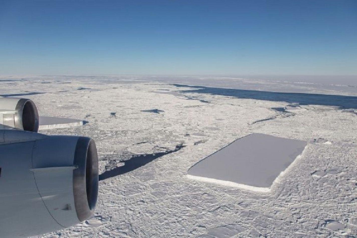 Con un lapso de tiempo de algunos días, la NASA encontró dos iceberg rectangulares.
