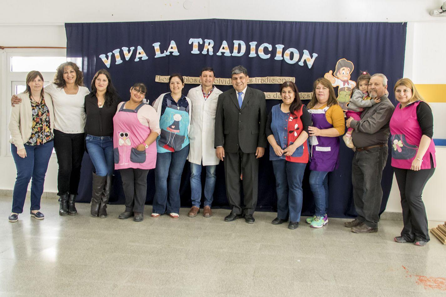 El vicegobernador Juan Carlos Arcando, junto a directivos y docentes del jardín Tol Klévele