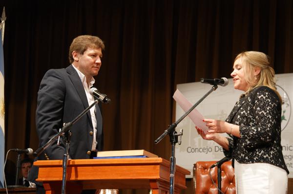 Miriam Boyadjian le toma juramento a Gustavo Melella.