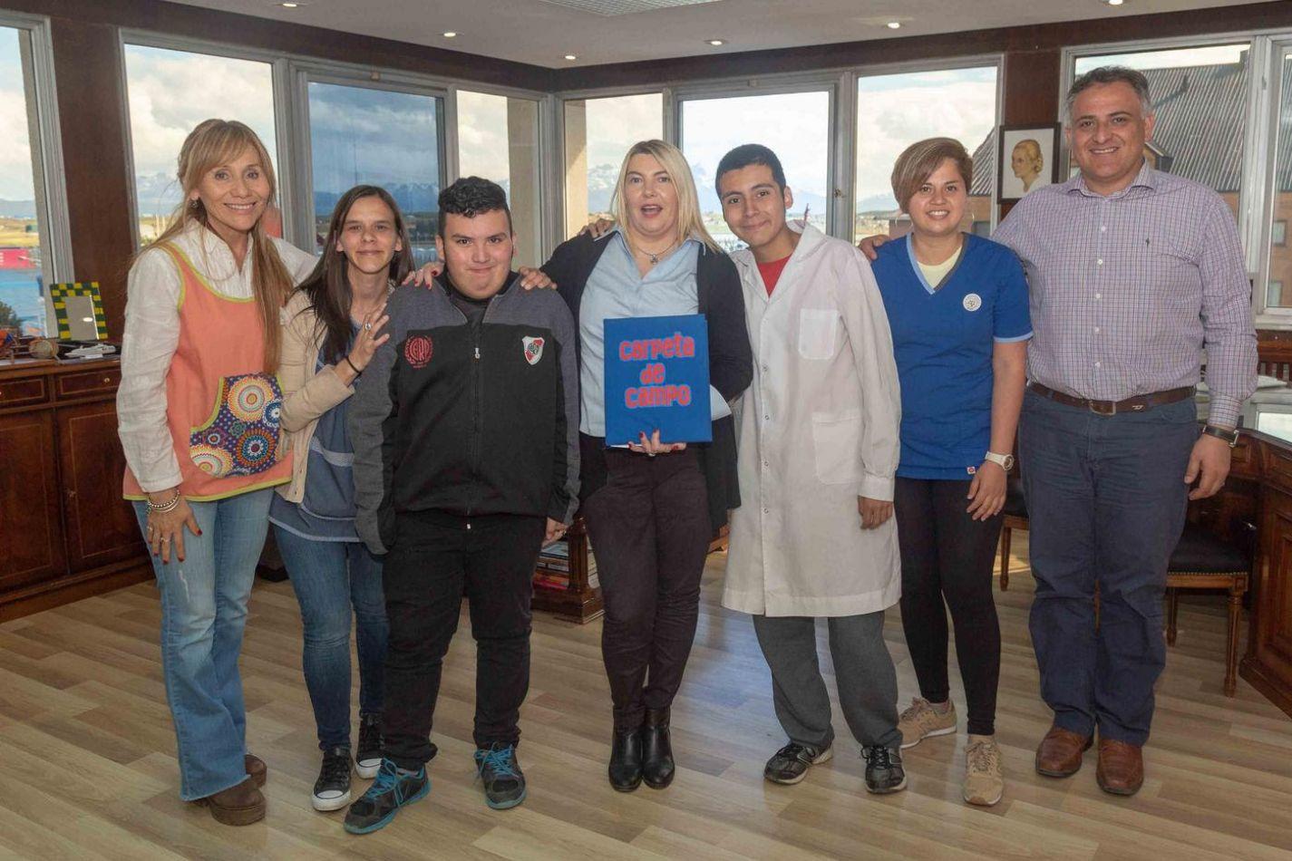 Gobernadora Rosana Bertone, junto al ministro de Educación, Diego Romero, recibieron a los estudiantes y docentes de la escuela especial Nº1 Kayú Chen