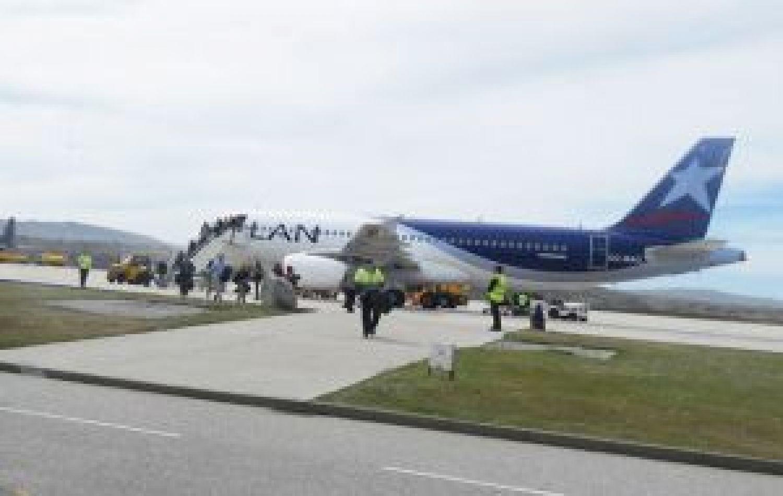 El aeropuerto internacional de Malvinas recibe el vuelo semanal desde Punta Arenas y el puente aéreo con Brize Norton en el Reino Unido