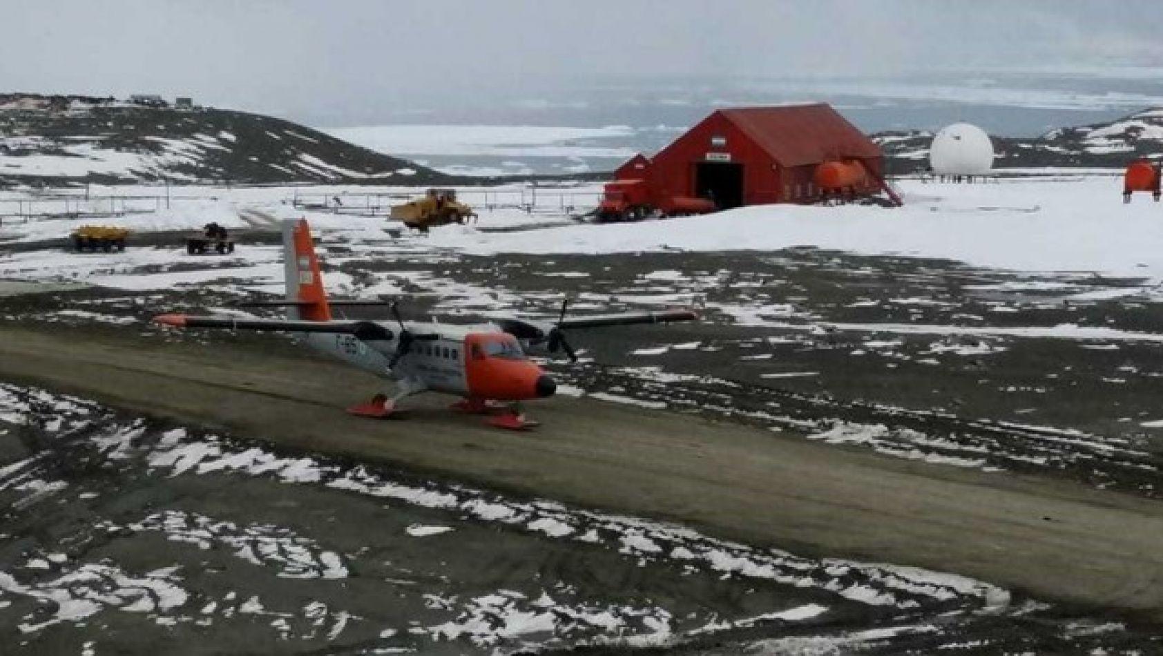 Avión de la Fuerza Aérea en la Base Belgrano II de la Antártida.