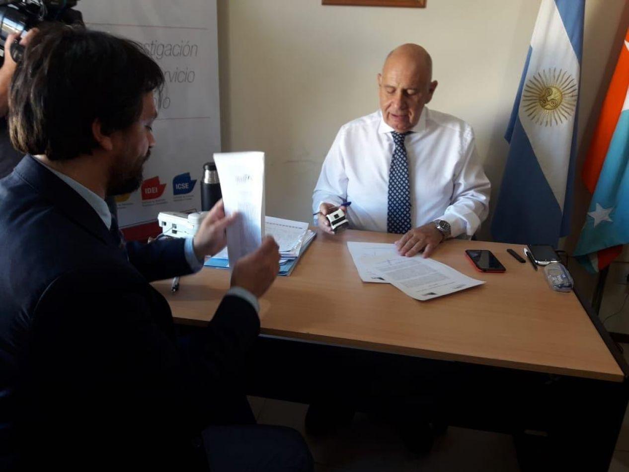 Firma de un convenio entre el Instituto Provincial de Vivienda y la Universidad Nacional de Tierra del Fuego.