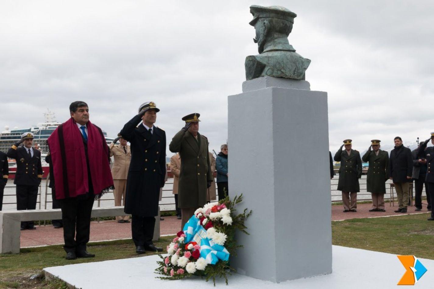 83º aniversario de la muerte del almirante Julián Irízar, en un acto que se concretó en el paseo de los Pioneros Antárticos en Ushuaia.