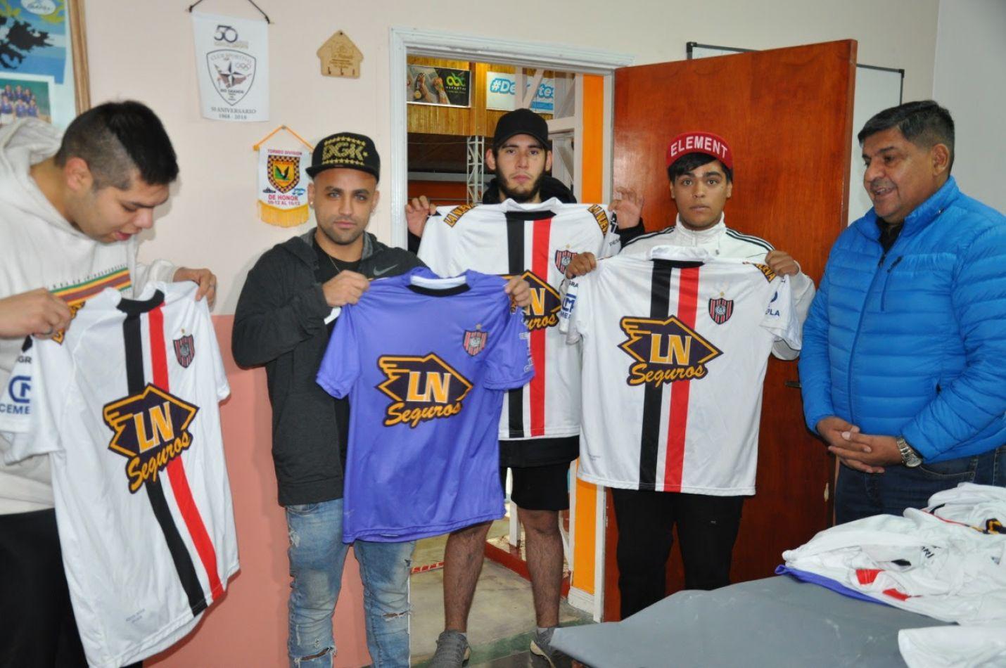 El vicegobernador Juan Carlos Arcando cumplió su compromiso de entregar las camisetas de Chacarita Junios al club Chacra IV
