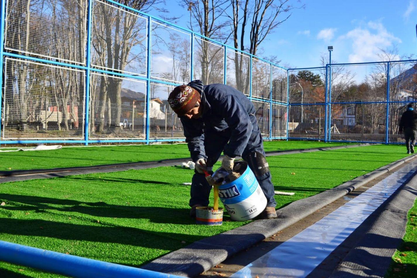 Colocan el césped sintético en las obras de playones deportivos municipales