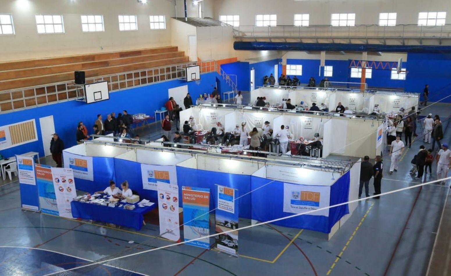 320 personas de los barrios de la Margen Sur recibieron atención odontológica gratuita en el gimnasio de la Escuela N° 4 de Río Grande