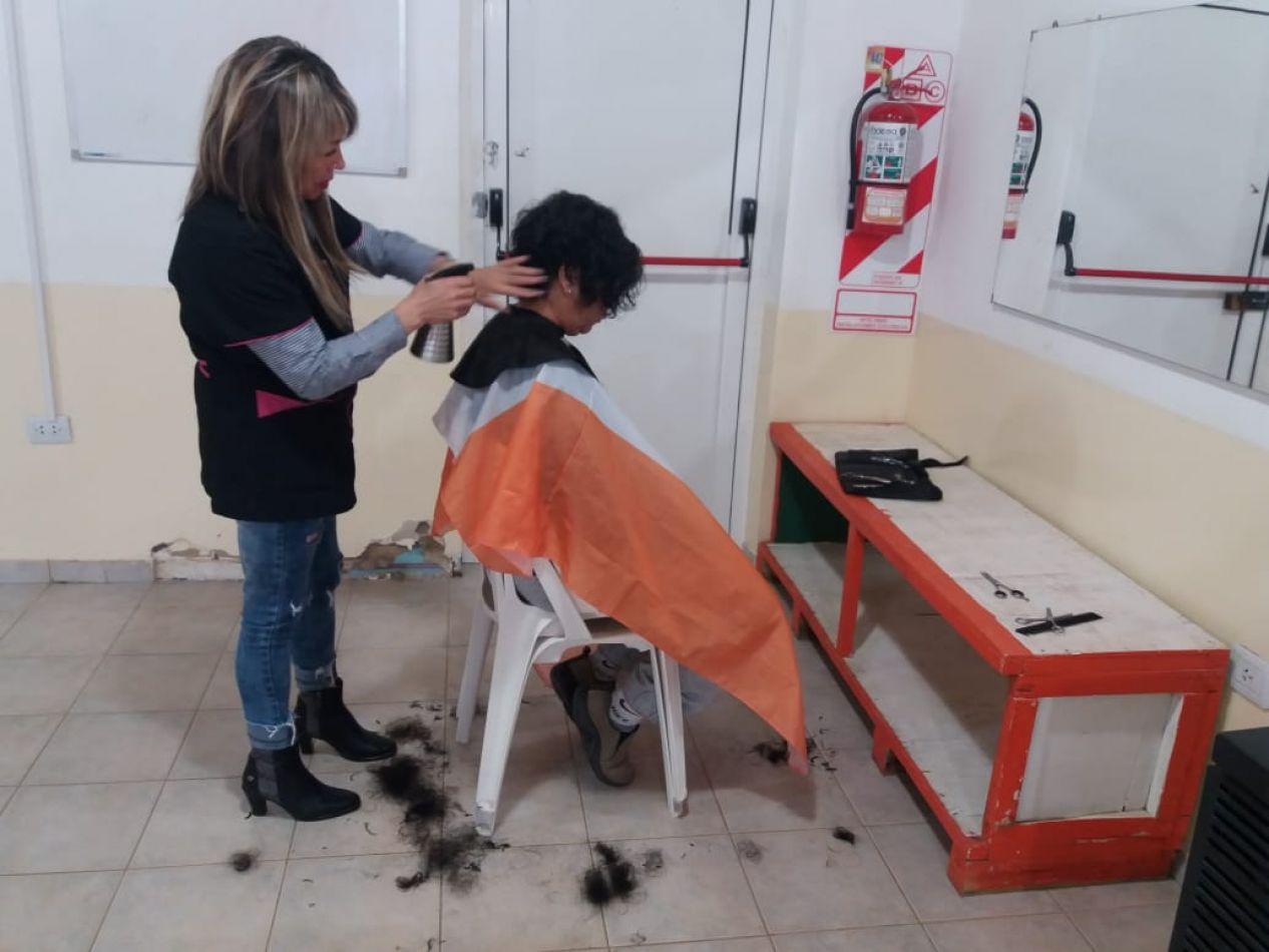 Continúan los cortes de cabello gratuito en los Centros Comunitarios Municipales