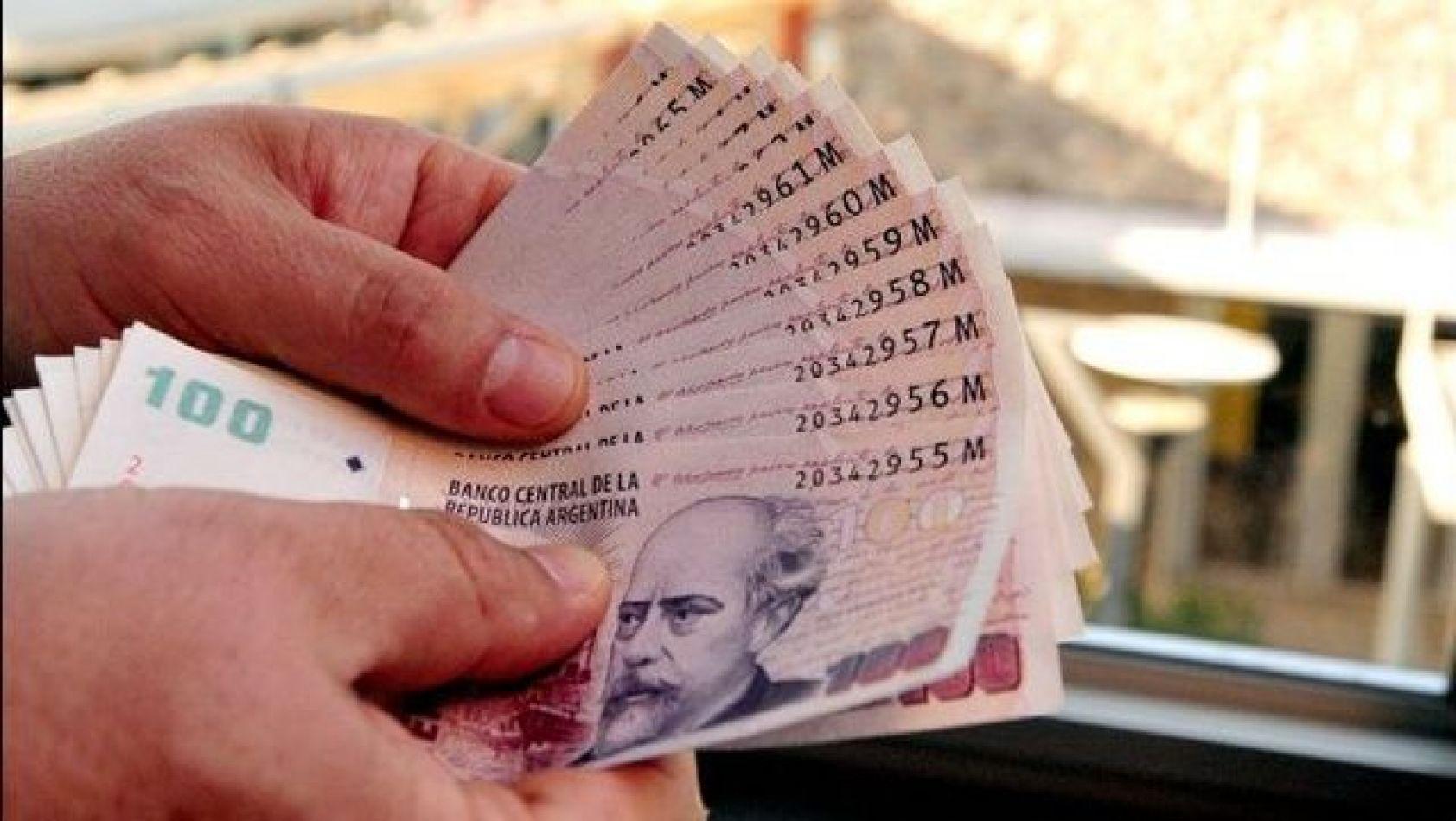 El aumento acordado con las cámaras del sector eleva el sueldo mínimo para un empleado de comercio paso a 35.510 pesos.