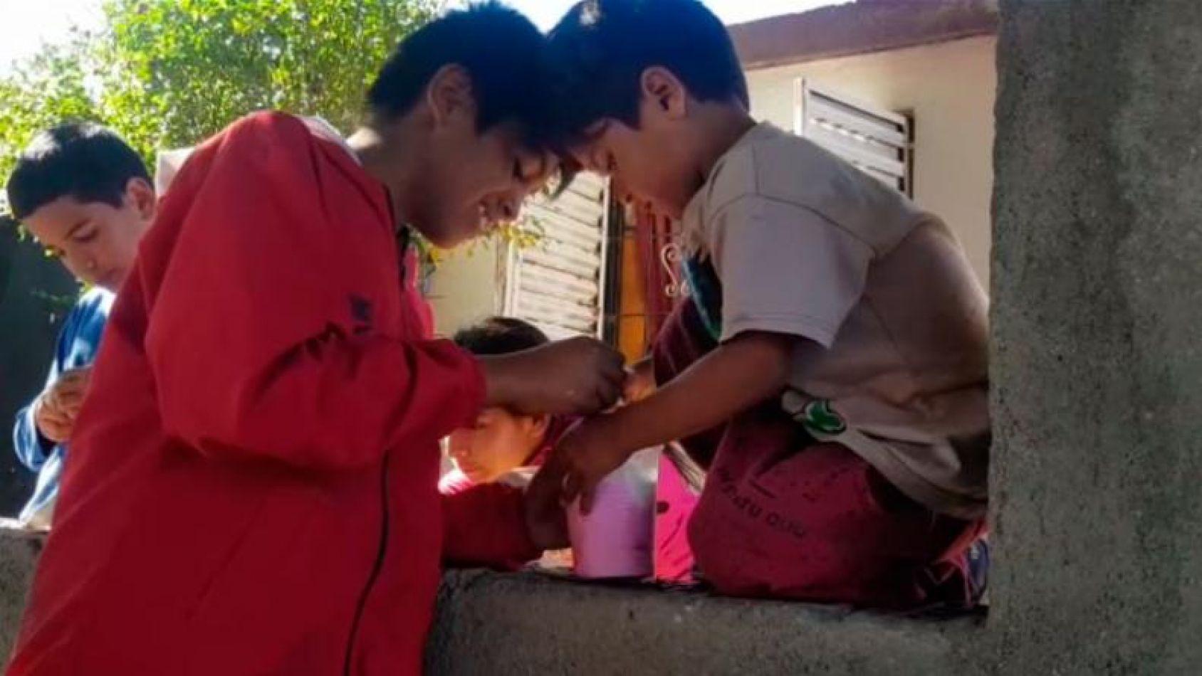 Una mujer lleva a su hijo al hospital para que le hagan análisis. Foto: AFP.