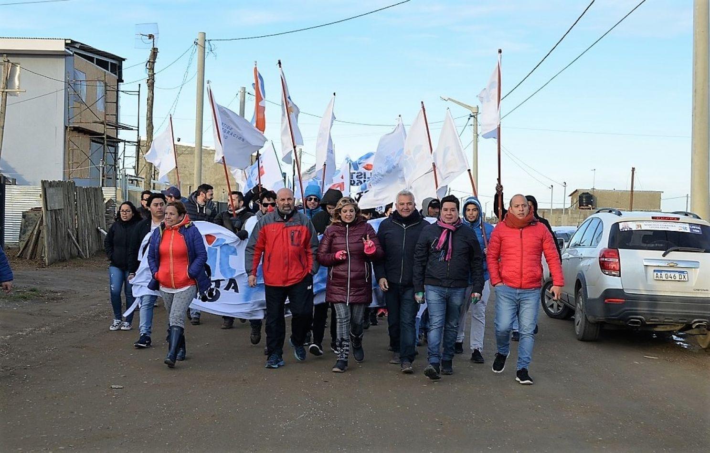 Integrantes del Partido de Integración y Trabajo, de caminata por la margen sur.