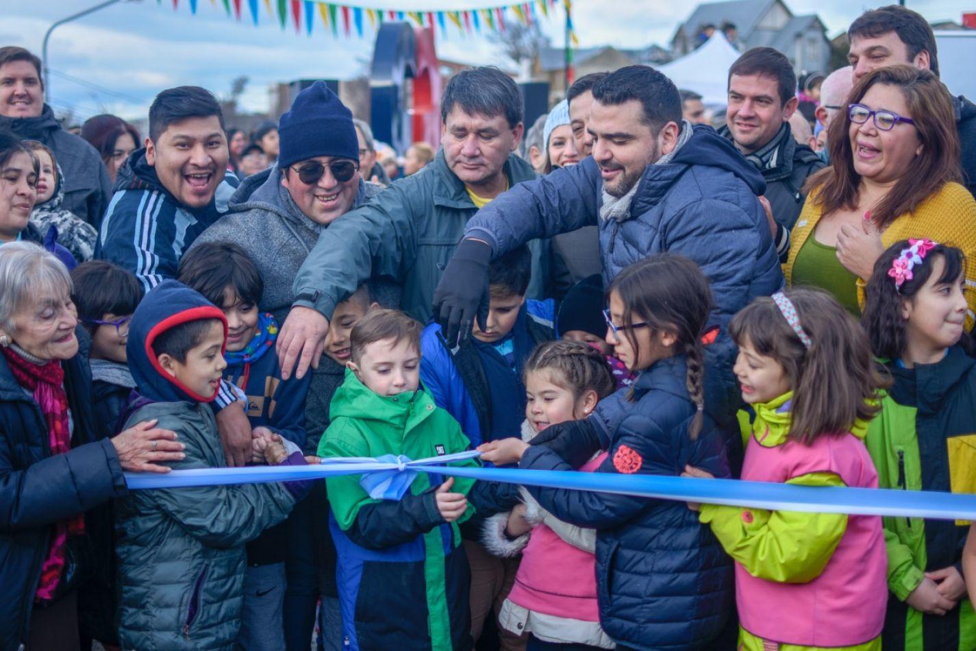 Inauguración de la plaza René Favaloro, ubicada en la intersección de las calles Bahía Ushuaia y Río Almanza.