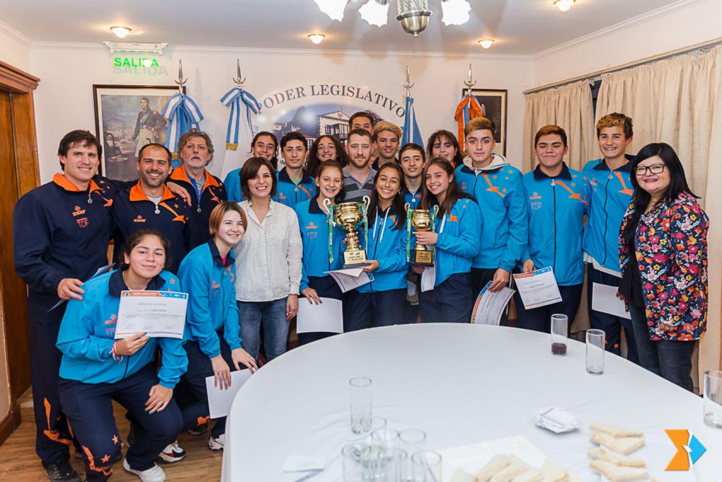 Los jóvenes deportistas lograron medallas de oro, plata y bronce en atletismo.