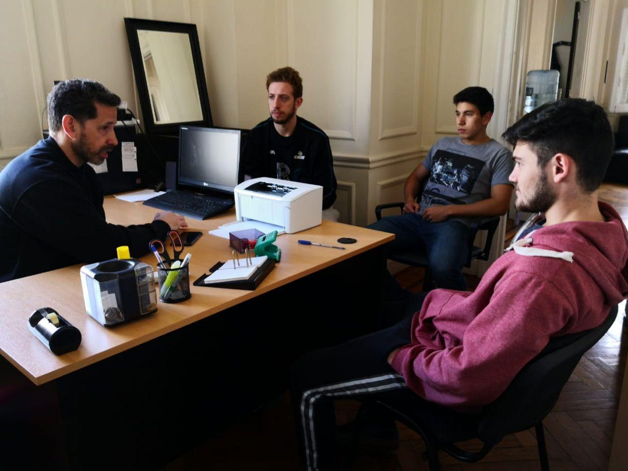Licenciado Gabriel Coto, profesor del Centro de Rendimiento Deportivo junto a jóvenes deportistas