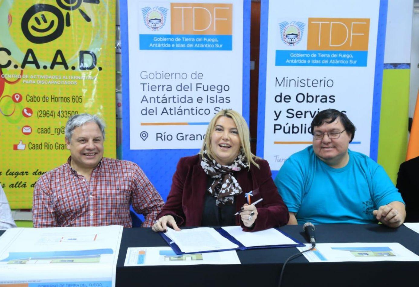 La gobernadora Rosana Bertone firmó este lunes el contrato para la ejecución de las obras ampliación y refacción del edificio CAAD.
