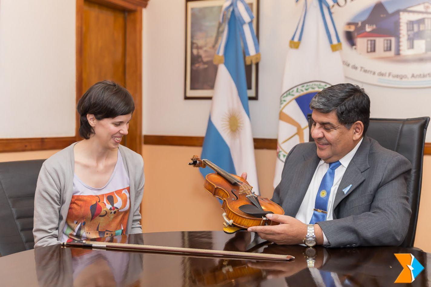 Silvana Ledesma, violinista y docente de varias instituciones de la ciudad visito al presidente del Parlamento, Juan Carlos Arcando.