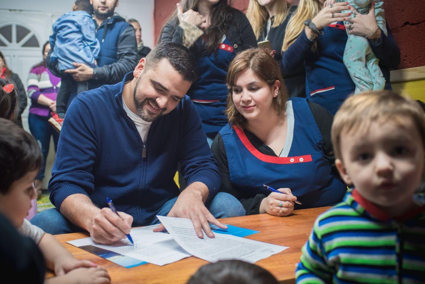 El intendente compartió con niños de un jardín maternal un convenio de cooperación