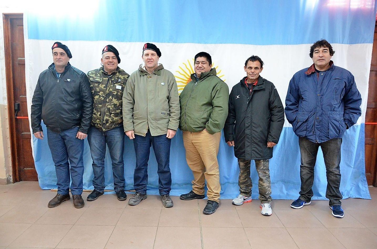Gustavo Romero, Walter Albornoz y Carlos Baldracco de Santa Fe, posaron para El Sureño junto a Mario Reynoso, Ricardo Fabricio y Sergio Herlein de Bu