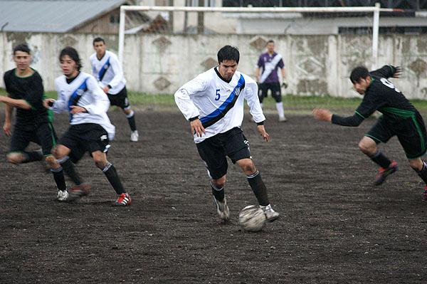 Yonathan Delgado se abre paso ante los jugadores de Generación Extrema.