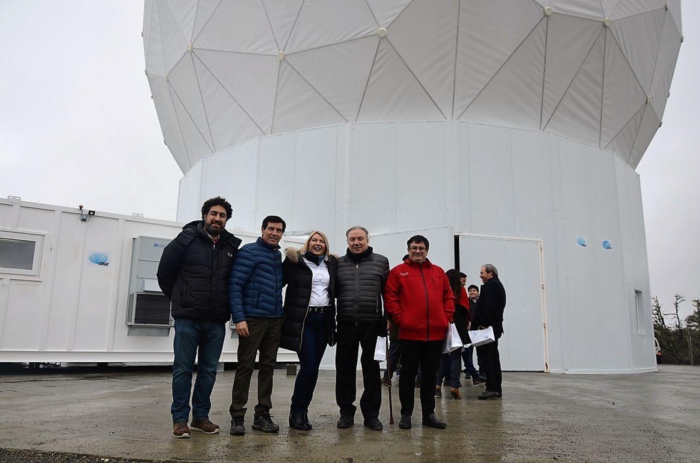 La gobernadora Rosana Bertone, junto a autoridades de la FRTDF UTN en la estación terrena satelital.